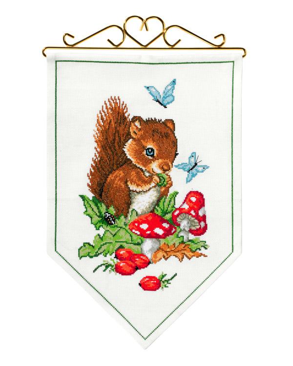 Seinävaate Orava etsii pähkinöitä